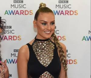 Perrie Edwards: mini abito nero ai BBC Music Awards FOTO FOTO