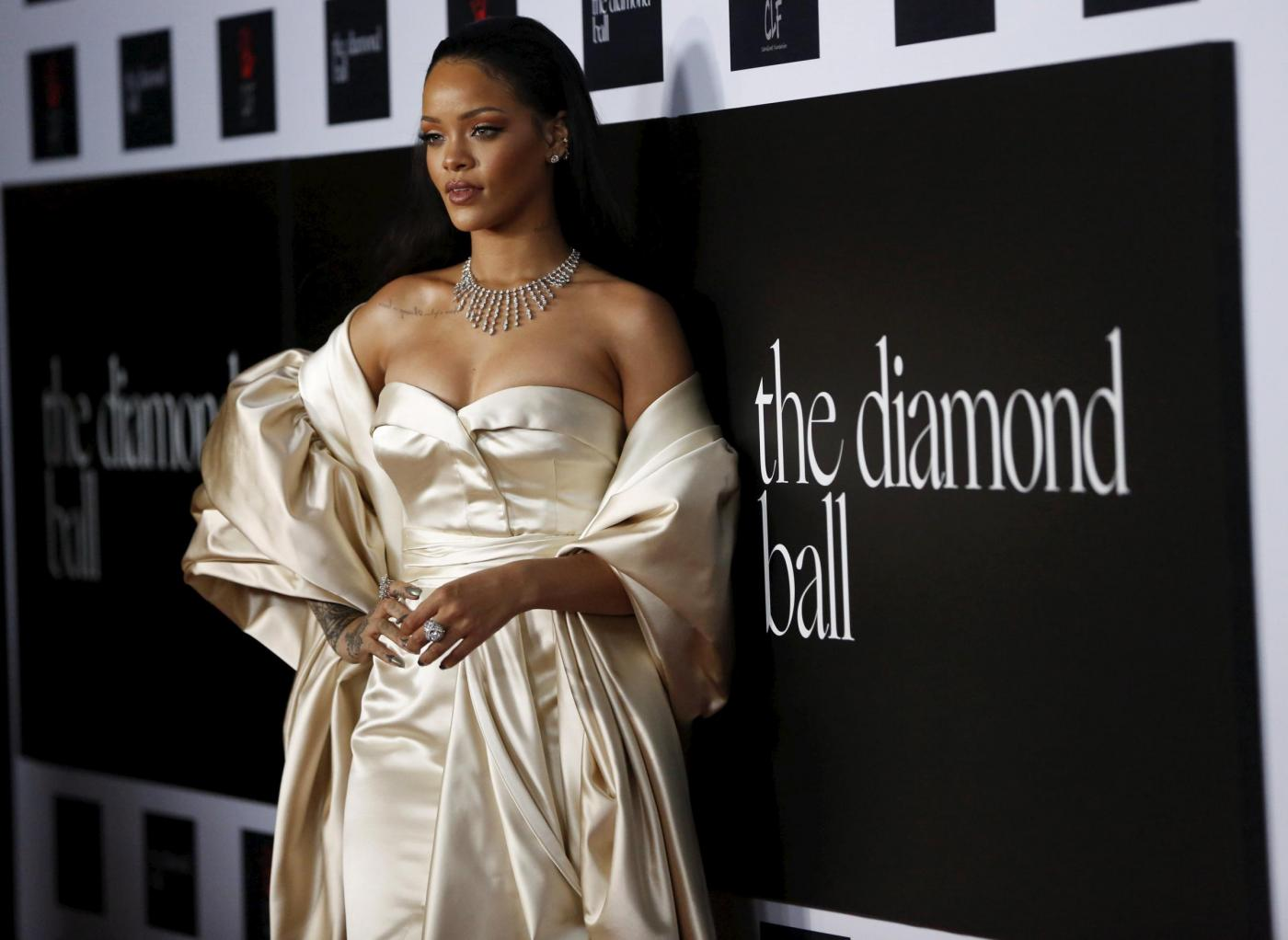 Rihanna, scollatura estrema e abito da sogno FOTO