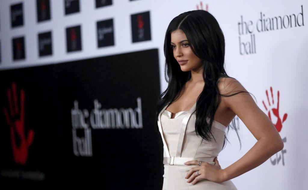 Kylie Jenner, abito aderente con strascico FOTO