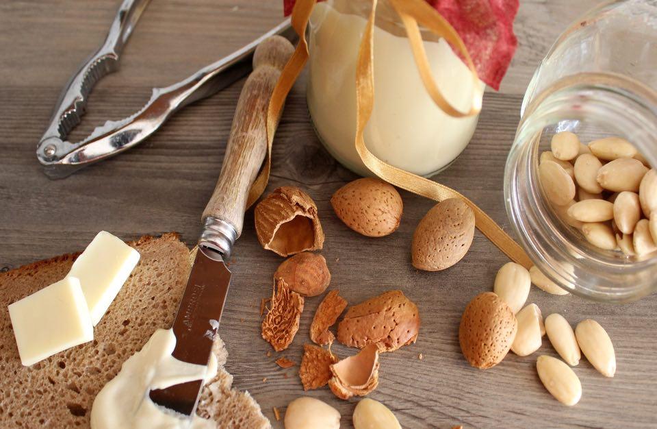 Crema spalmabile al Cioccolato Bianco e Mandorle