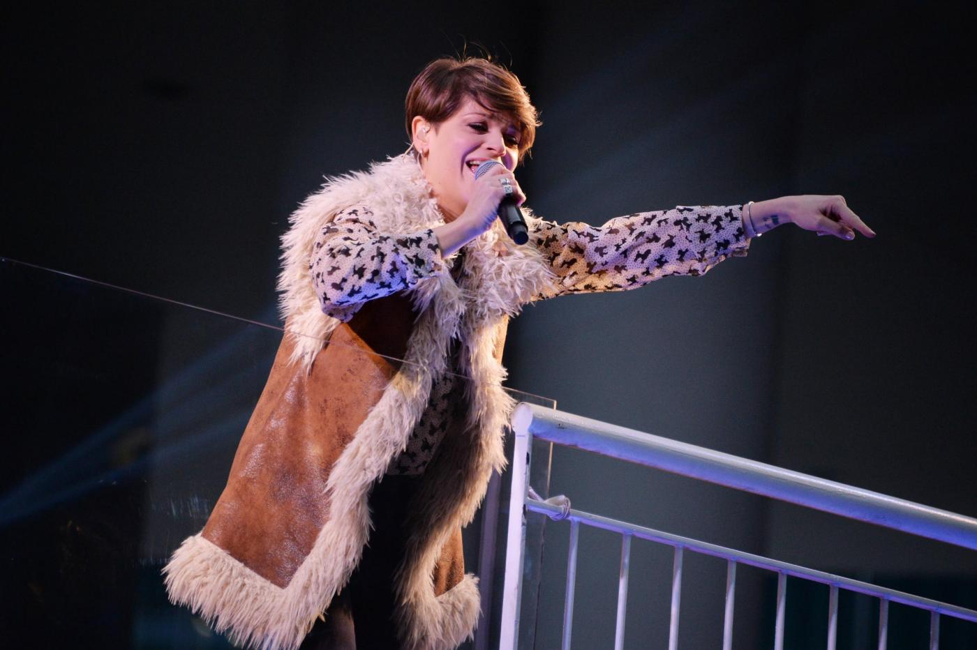 Alessandra Ambrosio, camicia leopardata e gilet di pelle5