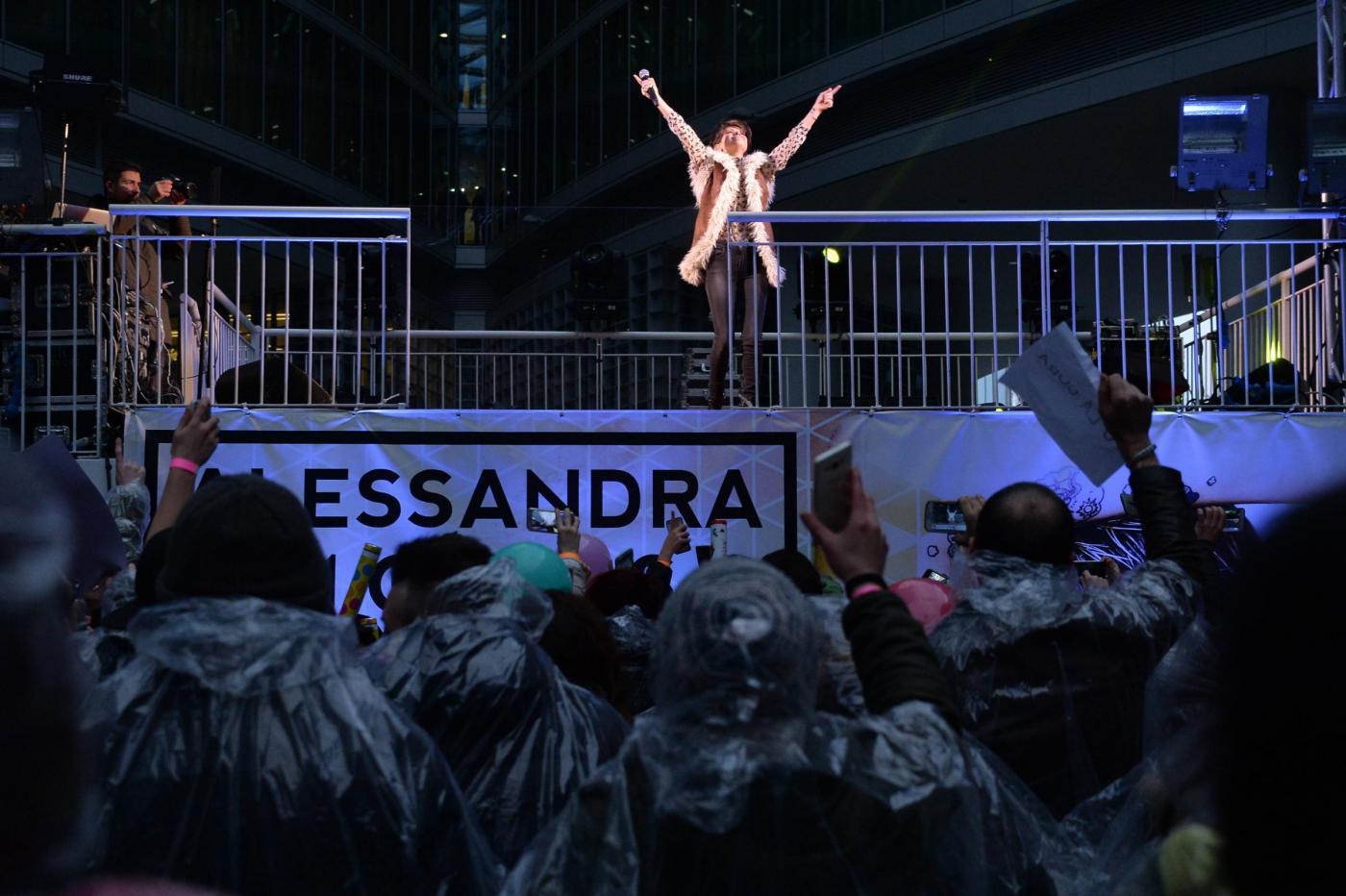 Alessandra Ambrosio, camicia leopardata e gilet di pelle8