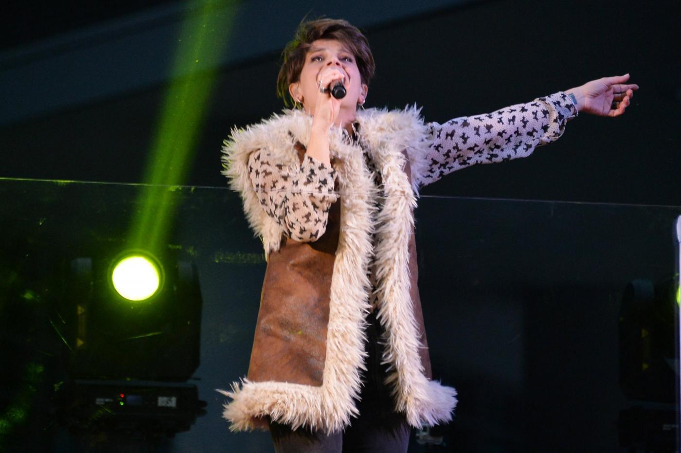 Alessandra Ambrosio, camicia leopardata e gilet di pelle6