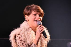 Alessandra Ambrosio, camicia leopardata e gilet di pelle2