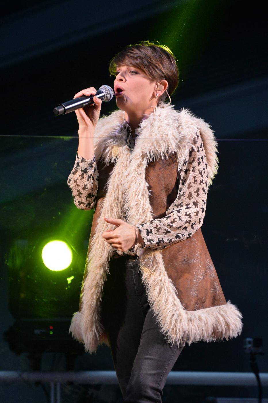 Alessandra Ambrosio, camicia leopardata e gilet di pelle