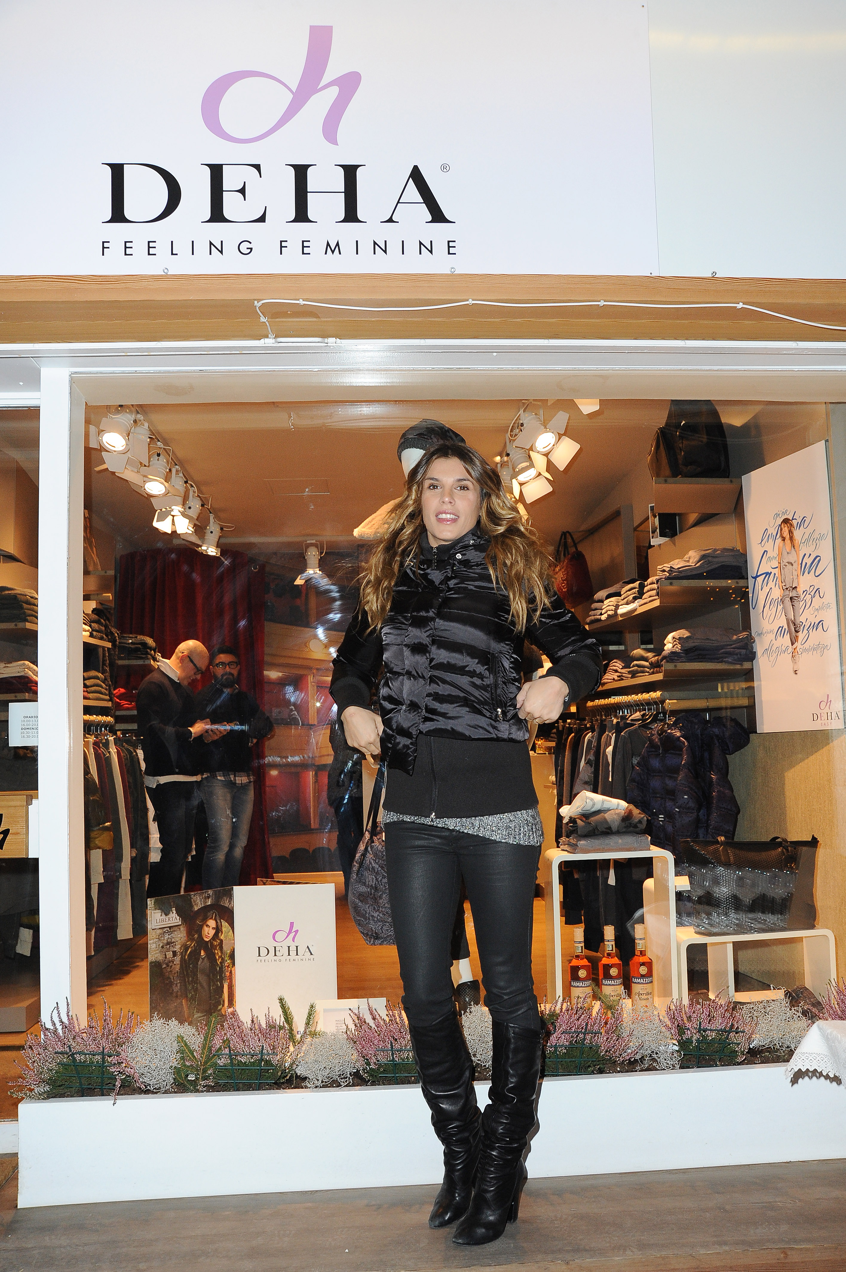 Elisabetta Canalis, jeans e stivali per Deha a Cortina FOTO