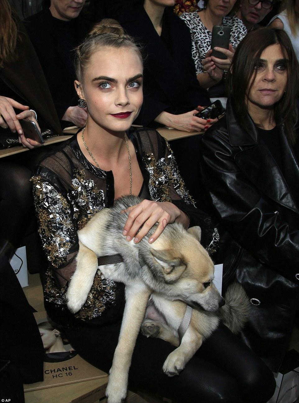 Cara Delevingne, top trasparente e pailettes da Chanel2