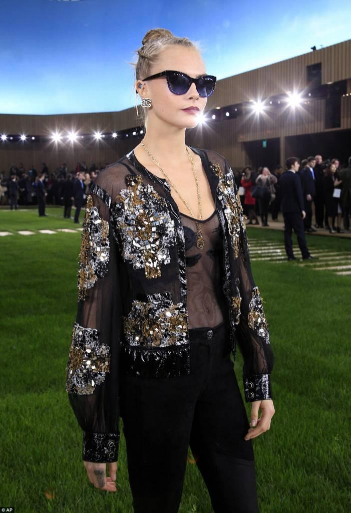 Cara Delevingne, top trasparente e pailettes da Chanel3