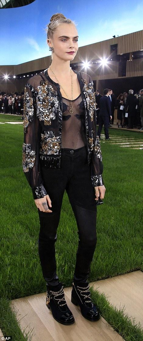 Cara Delevingne, top trasparente e pailettes da Chanel4