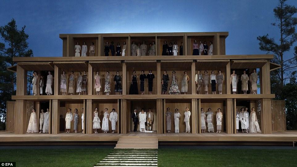 Cara Delevingne, top trasparente e pailettes da Chanel5