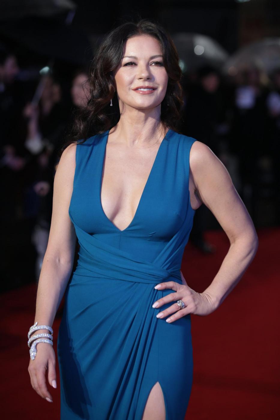 Catherine Zeta Jones, scollatura e spacco estremo3