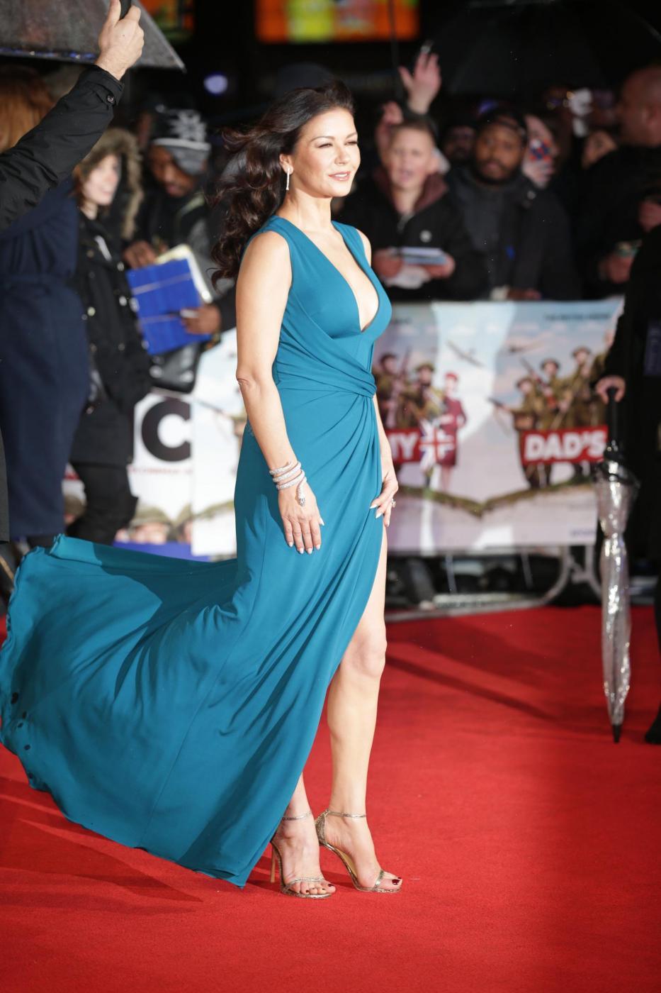 Catherine Zeta Jones, scollatura e spacco estremo9