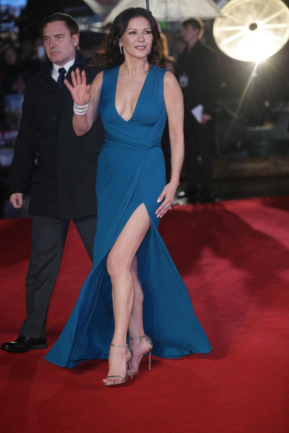 Catherine Zeta Jones, scollatura e spacco estremo8