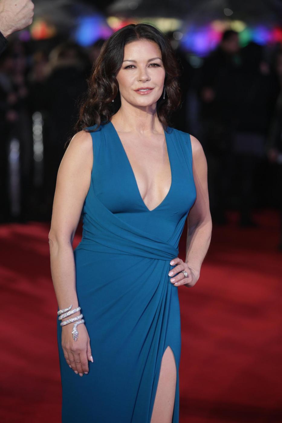 Catherine Zeta Jones, scollatura e spacco estremo7