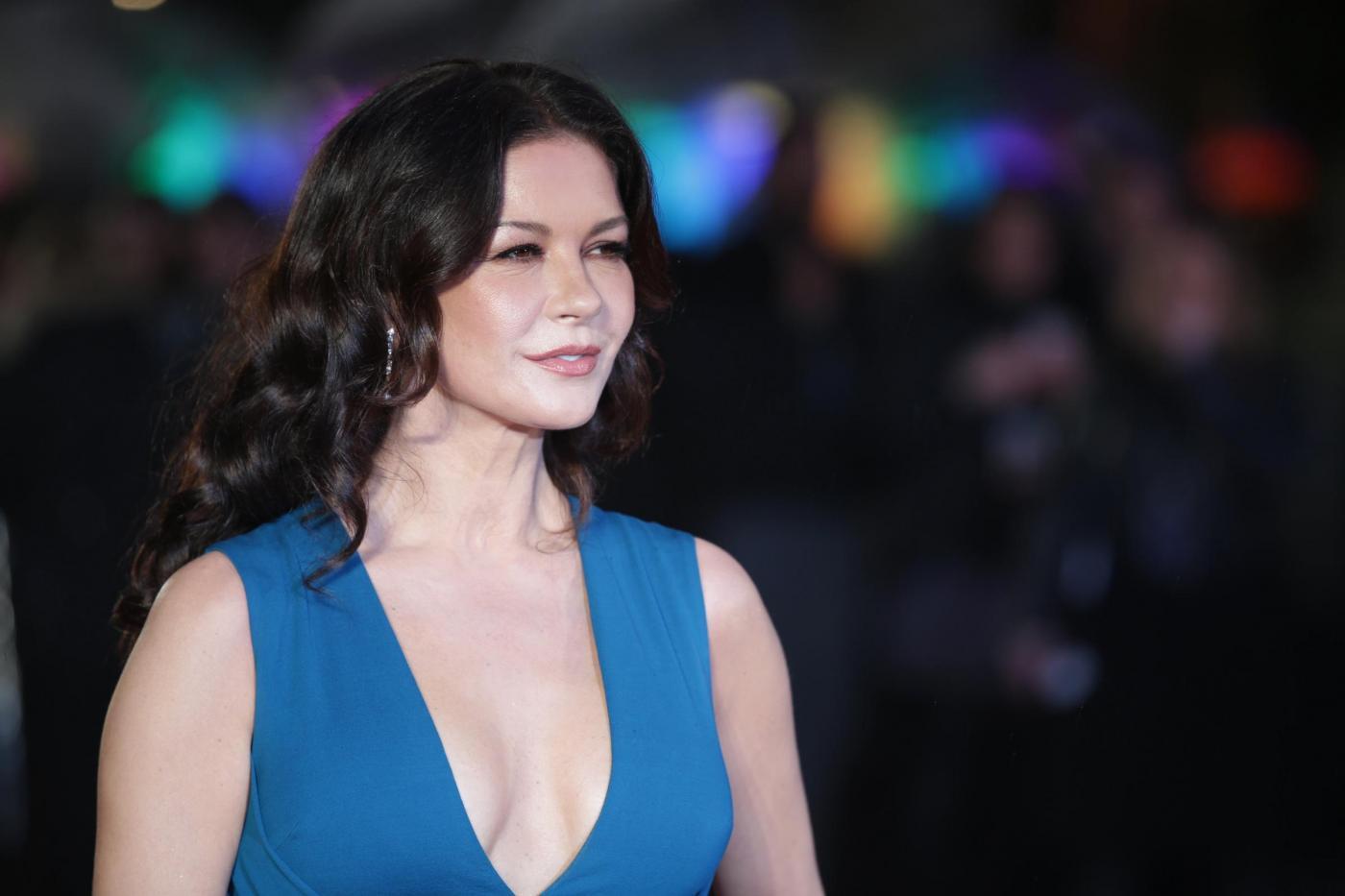 Catherine Zeta Jones, scollatura e spacco estremo6