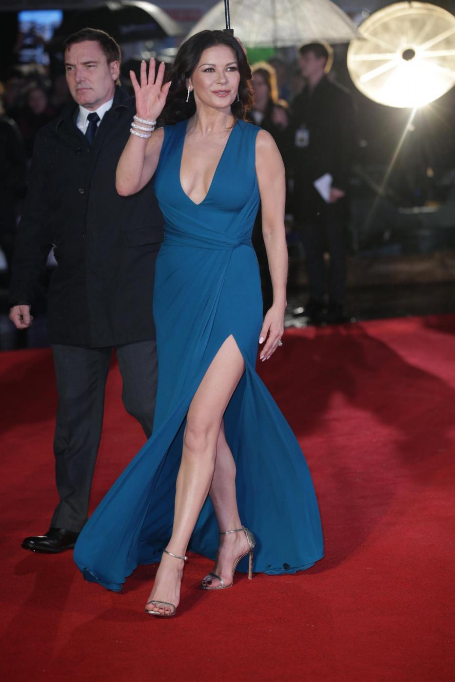 Catherine Zeta Jones, scollatura e spacco estremo4