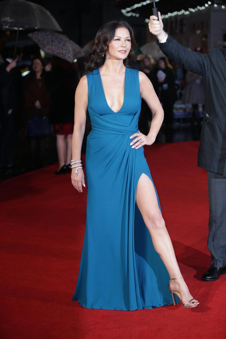 Catherine Zeta Jones, scollatura e spacco estremo2
