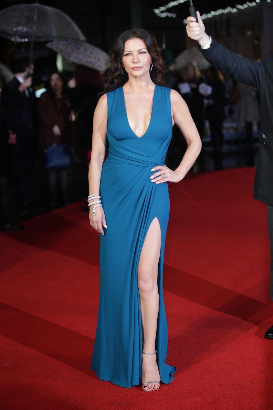 Catherine Zeta Jones, scollatura e spacco estremo