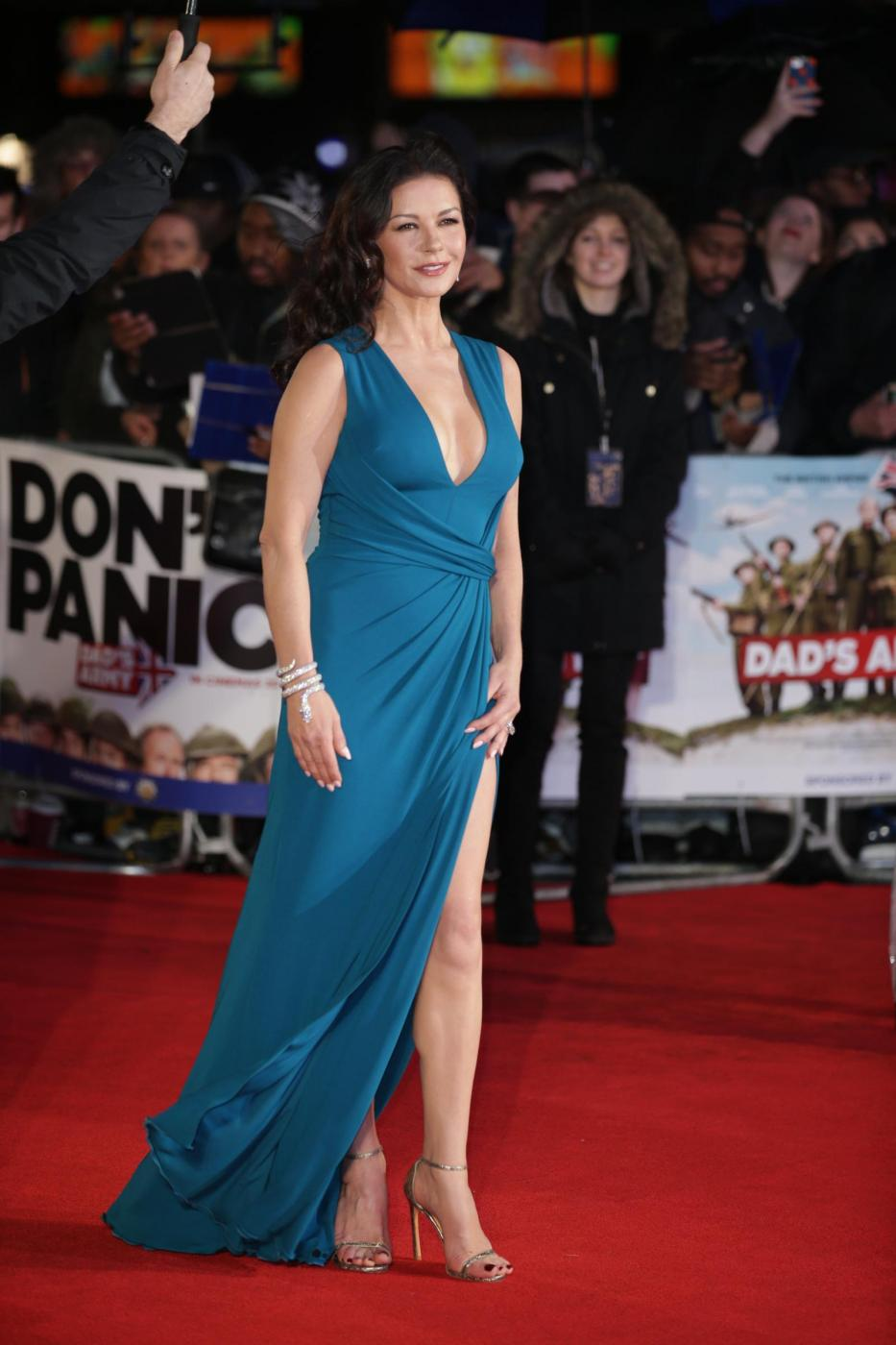 Catherine Zeta Jones, scollatura e spacco estremo15