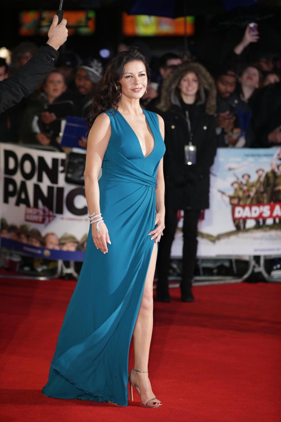 Catherine Zeta Jones, scollatura e spacco estremo14