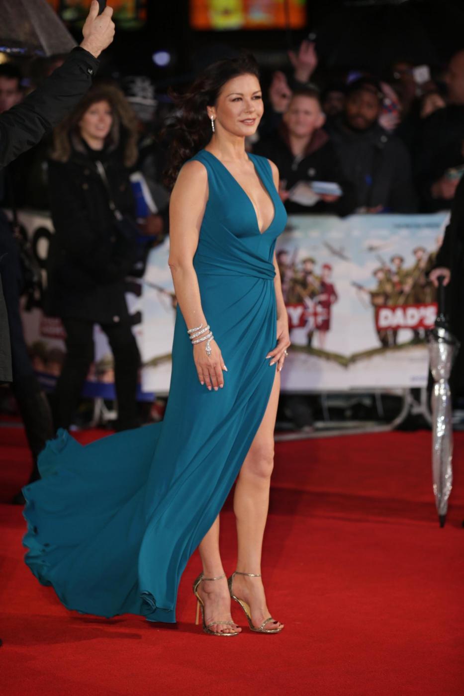 Catherine Zeta Jones, scollatura e spacco estremo12