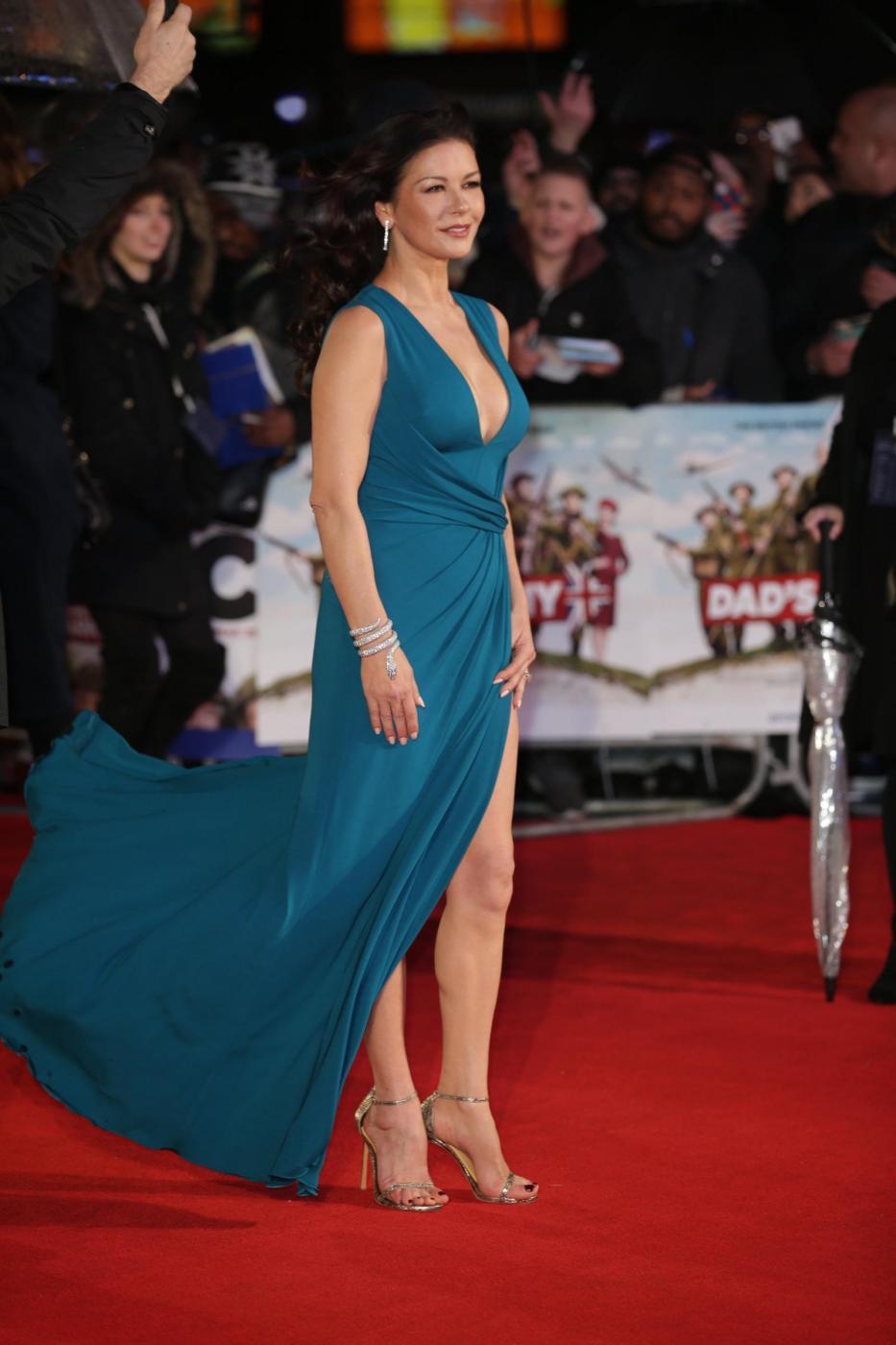 Catherine Zeta Jones, scollatura e spacco estremo11