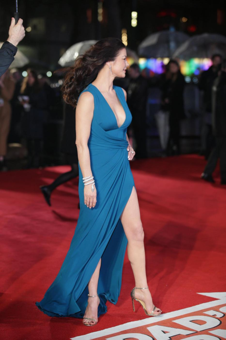 Catherine Zeta Jones, scollatura e spacco estremo10