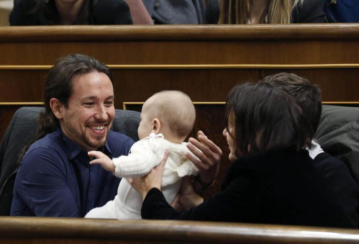 Pablo Iglesias, leader Podemos col bebè in braccio in Parlamento FOTO4