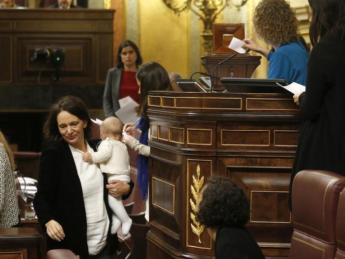 Pablo Iglesias, leader Podemos col bebè in braccio in Parlamento FOTO