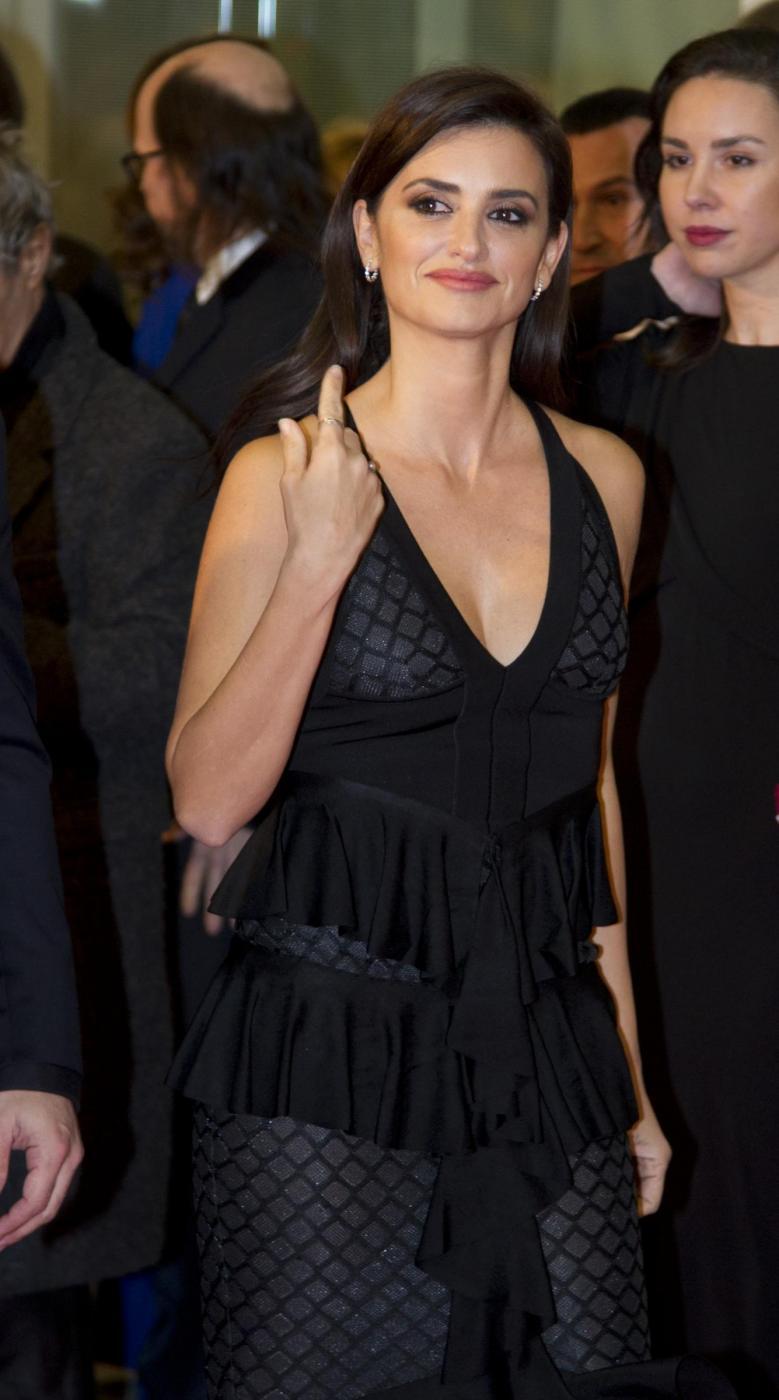 Penelope Cruz sensuale con l'abito scollato8
