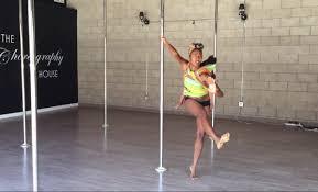 Pole dance mentre allatta: Ashley Wright mamma multitasking