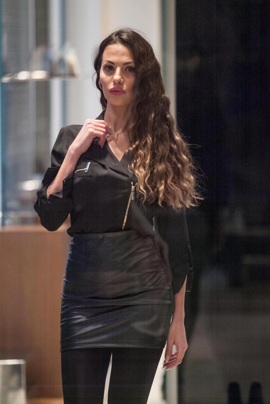 Barbara Guerra, gambe sensuali e lato B in mostra 15