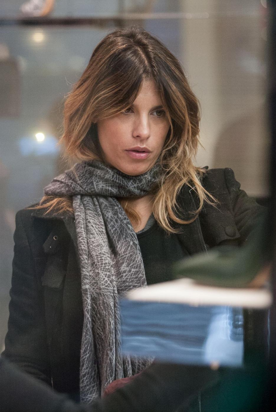 Elisabetta Canalis: sneaker e total black, fashion a Milano9