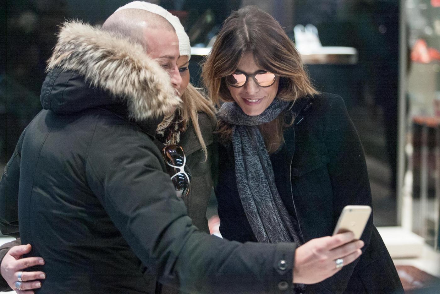 Elisabetta Canalis: sneaker e total black, fashion a Milano10