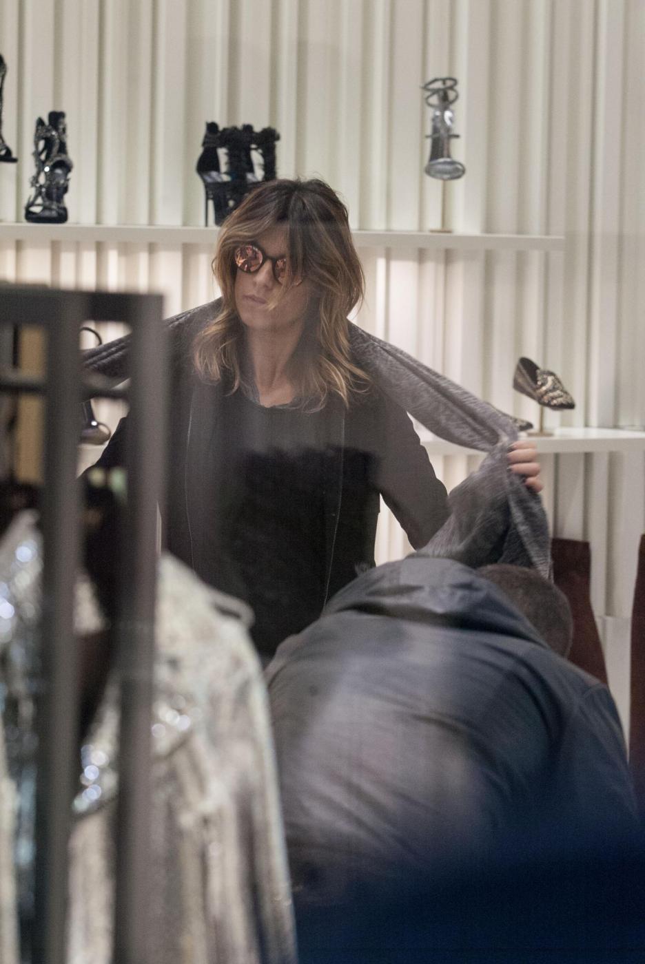 Elisabetta Canalis: sneaker e total black, fashion a Milano13