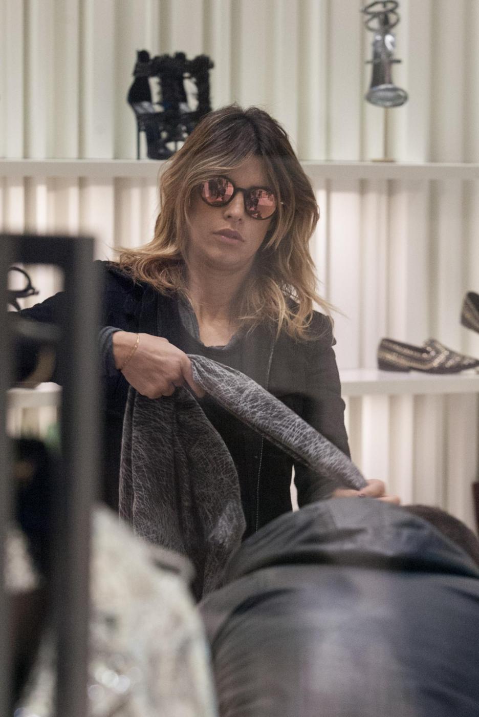 Elisabetta Canalis: sneaker e total black, fashion a Milano15