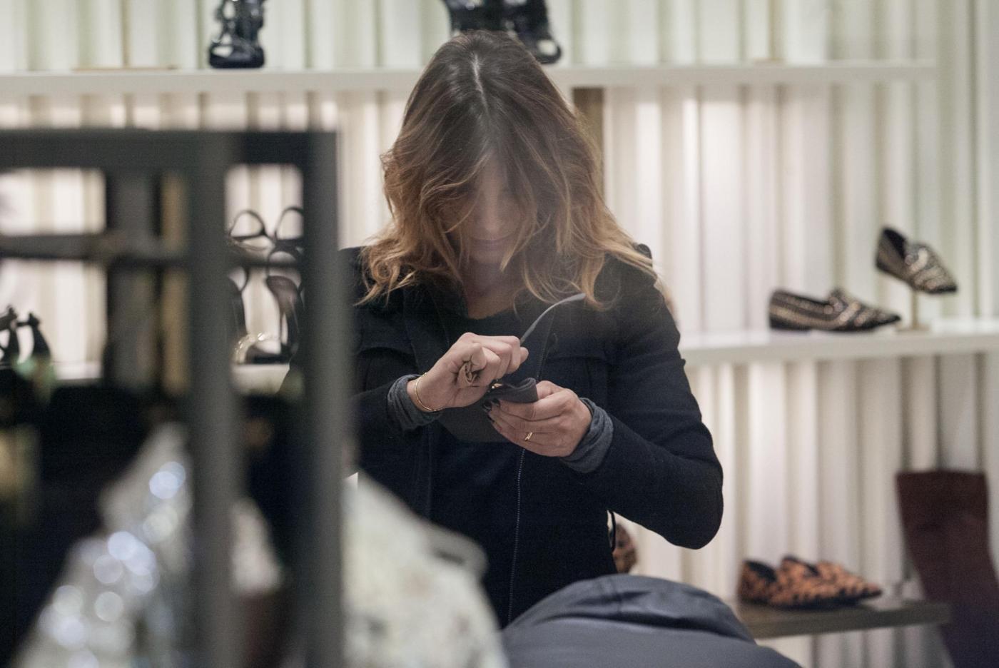 Elisabetta Canalis: sneaker e total black, fashion a Milano16