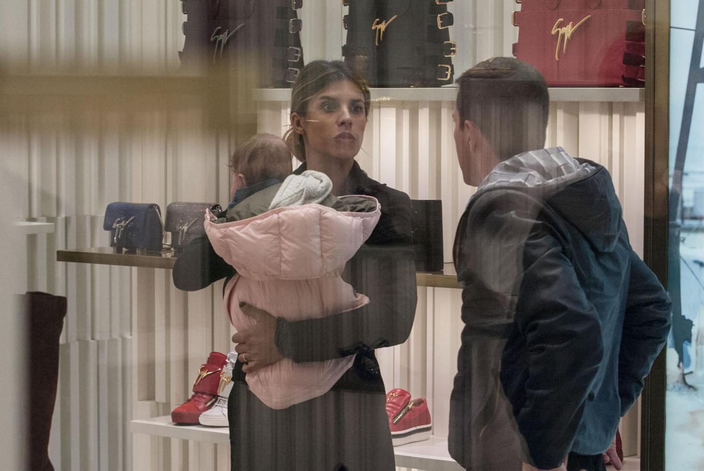 Elisabetta Canalis: sneaker e total black, fashion a Milano18
