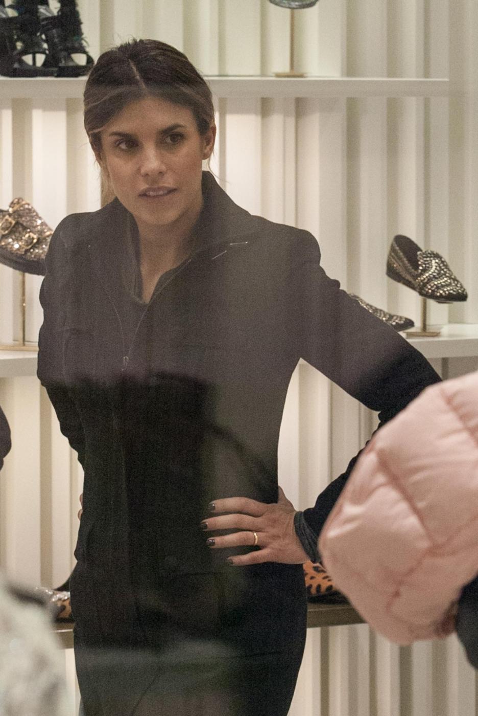 Elisabetta Canalis: sneaker e total black, fashion a Milano20