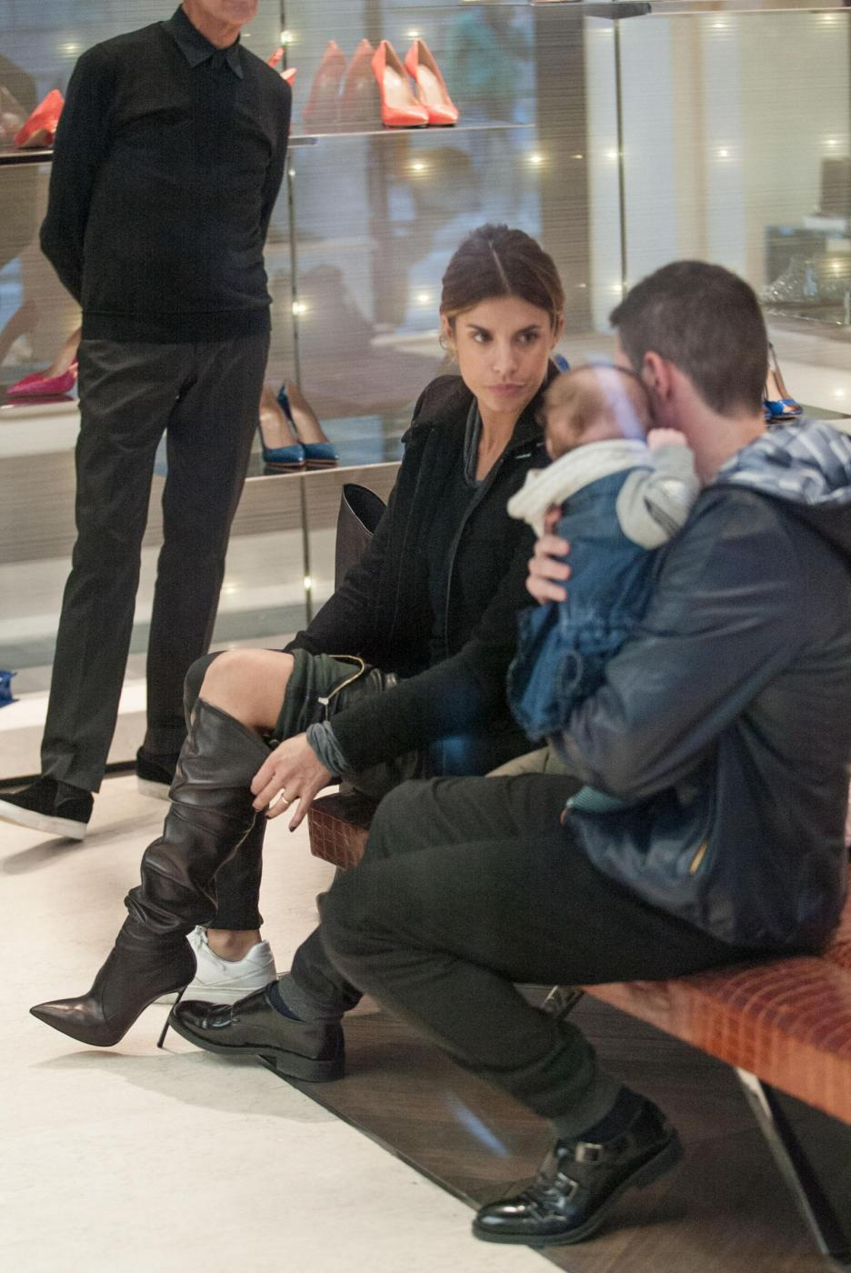 Elisabetta Canalis: sneaker e total black, fashion a Milano5