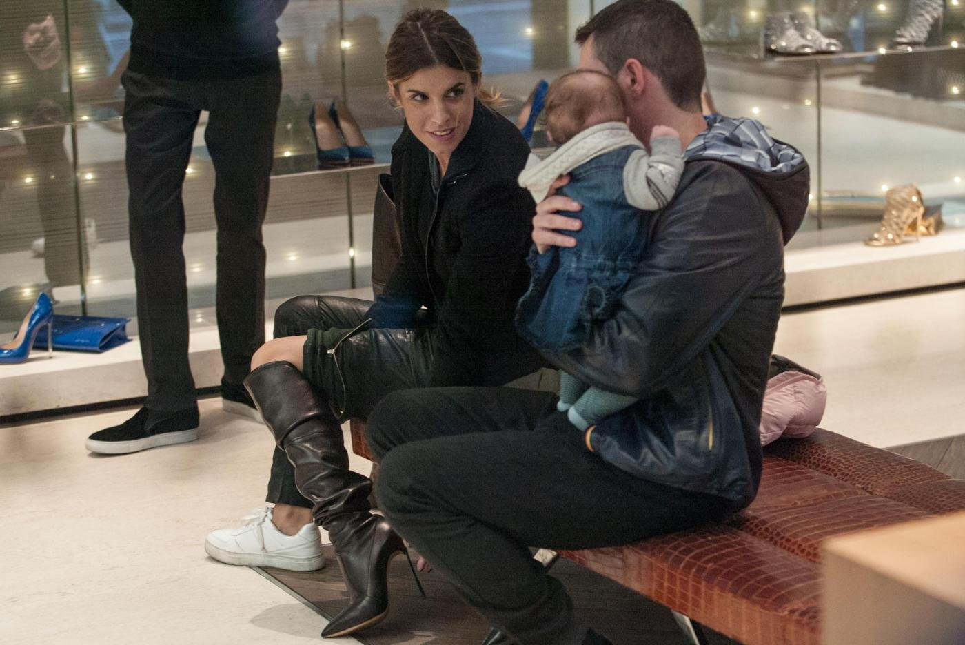 Elisabetta Canalis: sneaker e total black, fashion a Milano7