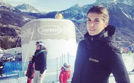 Elisabetta Canalis in forma in tenuta da sci
