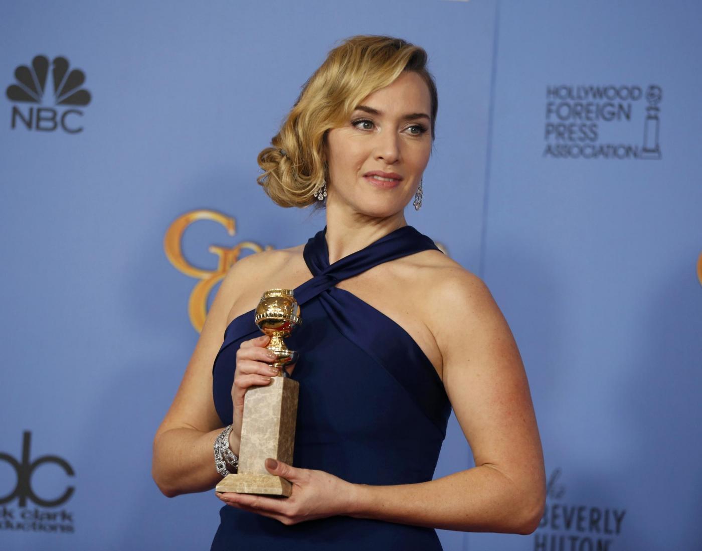 Kate Winslet, vestito blu firmato Dior ai Golden Globe