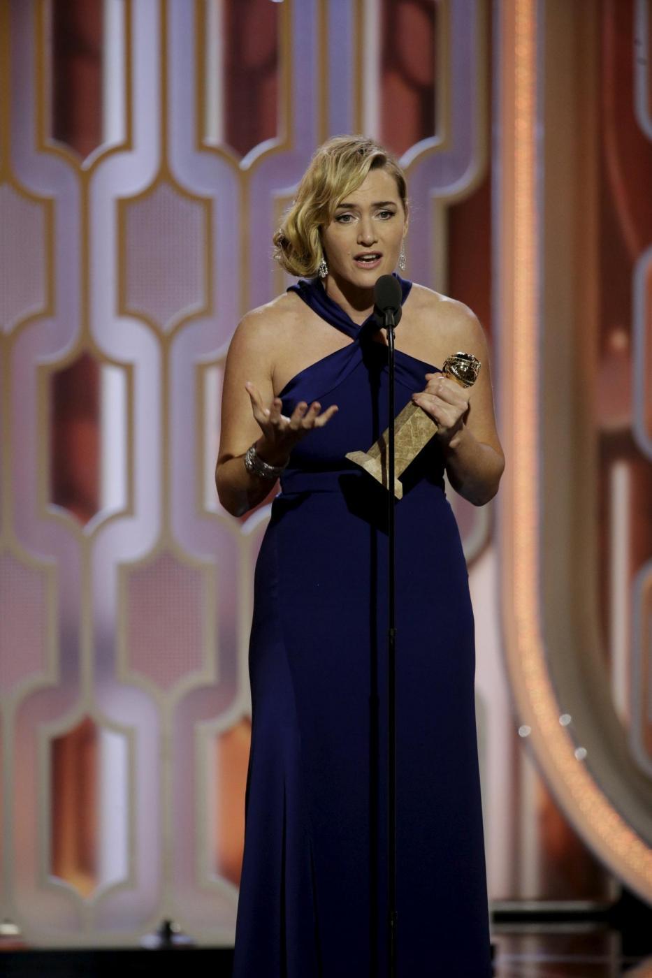 Kate Winslet, vestito blu firmato Dior ai Golden Globe9