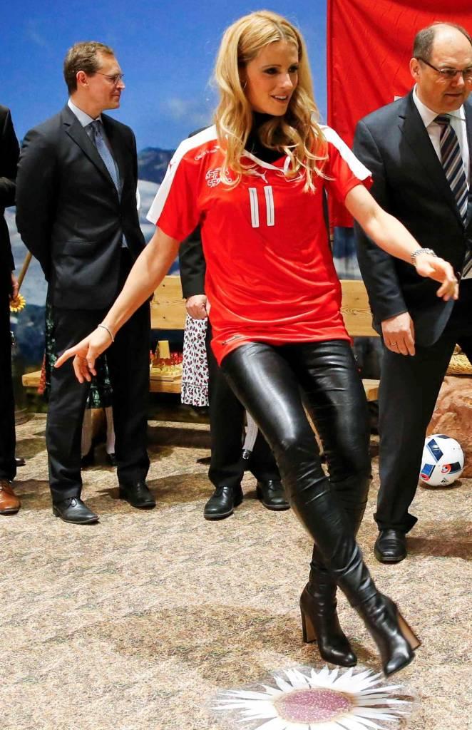 Michelle Hunziker, legging di pelle e tacchi FOTO