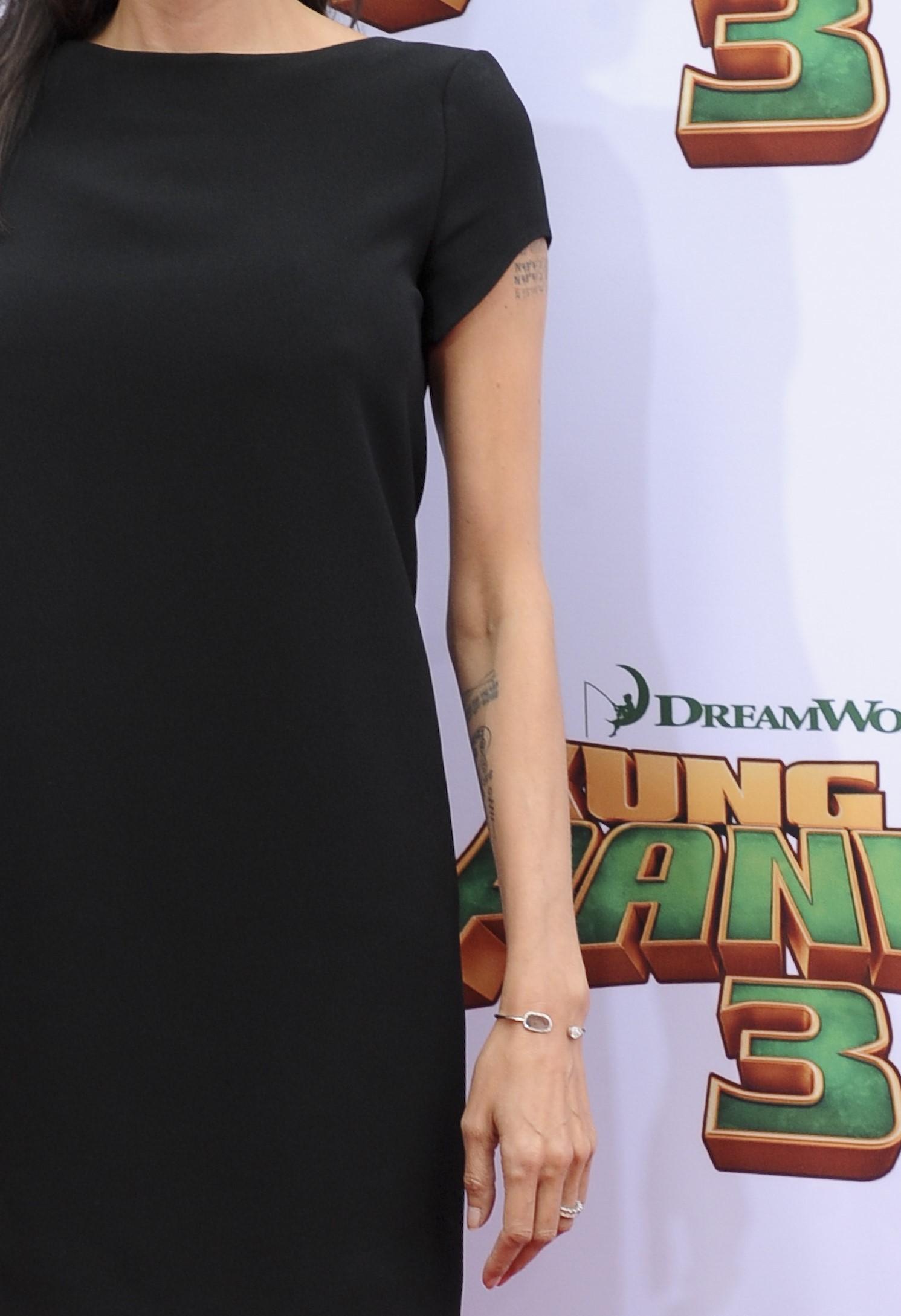 Angelina Jolie: magrissima con il tubino nero FOTO