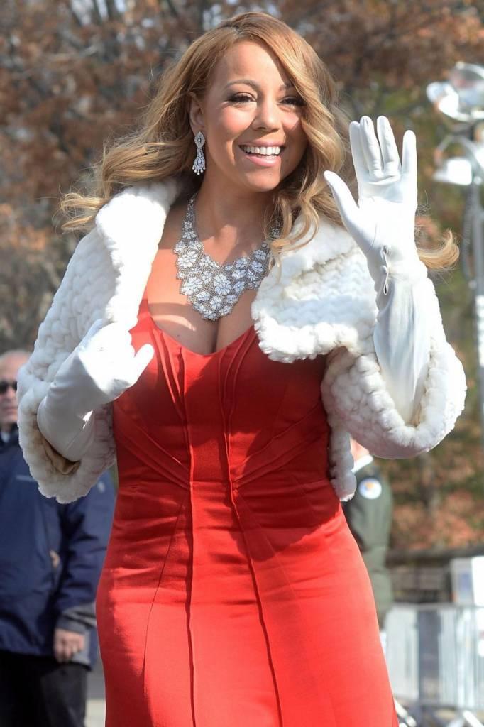 """Mariah Carey si sposa per la terza volta con l'imprenditore 48enne James Parker. La notizia viene confermata dal settimanale """"Us Weekly"""" che pubblica la foto della mano della popstar con un anello al dito da 35 carati"""
