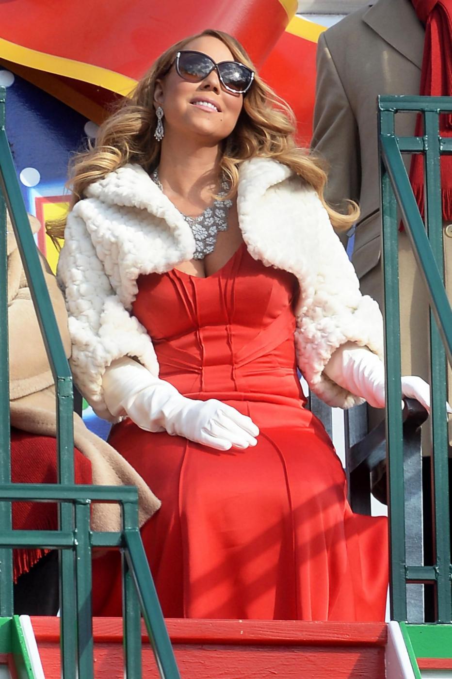 """Mariah Carey si sposa per la terza volta con l'imprenditore 48enne James Parker. La notizia viene confermata dal settimanale """"Us Weekly"""" che pubblica la foto della mano della popstar con un anello al dito da 35 carati3"""