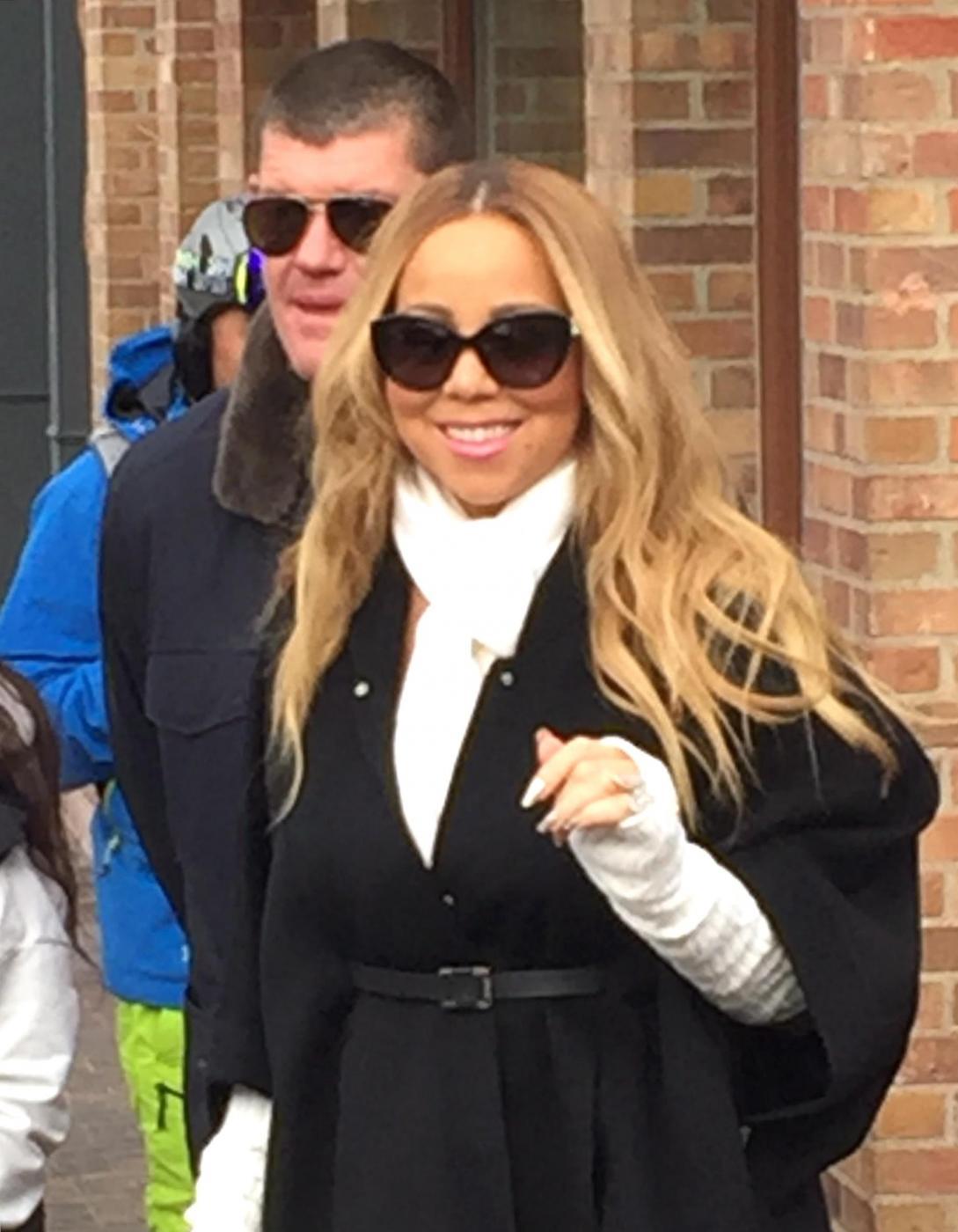 """Mariah Carey si sposa per la terza volta con l'imprenditore 48enne James Parker. La notizia viene confermata dal settimanale """"Us Weekly"""" che pubblica la foto della mano della popstar con un anello al dito da 35 carati6"""