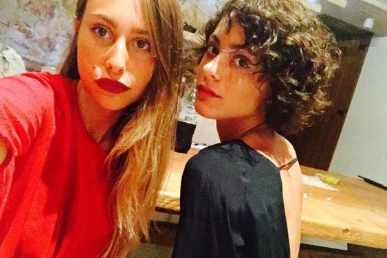 Martina Stoessel (Violetta) e l'amica Sofia al mare FOTO